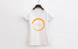Koszulki z logo to pomysł na świetny gadżet firmowy.